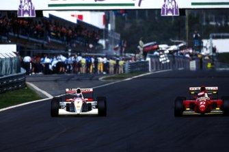 Mika Hakkinen supera Jean Alesi