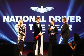 Le pilote Williams F1 George Russell, et le pilote McLaren F1 Lando Norris sur scène pour donner le prix de pilote britannique national de l'année à Dan Ticktum