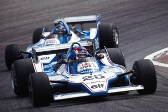 Patrick Depailler, Ligier JS11 Ford, mène devant son coéquipier, Jacques Laffite
