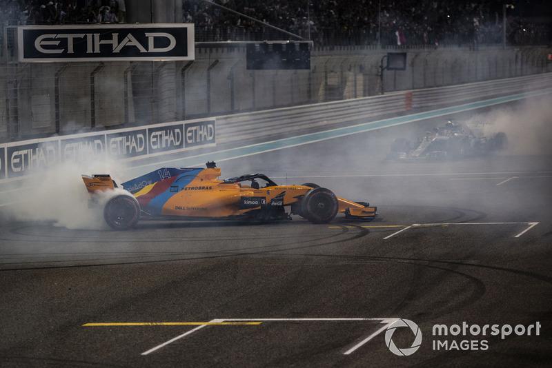 Fernando Alonso, McLaren MCL33 y Lewis Hamilton, Mercedes-AMG F1 W09 hacen donuts al final