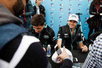 Mitch Evans, Panasonic Jaguar Racing, Nelson Piquet Jr., Panasonic Jaguar Racing, firmano autografi ai tifosi