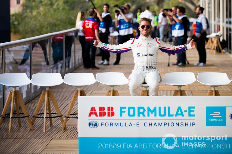 Sam Bird, Envision Virgin Racing arrives early for the group photo