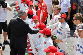 Chase Carey, Chief Executive Officer Formula One Group en Sergio Perez, Racing Point Force India op de grid