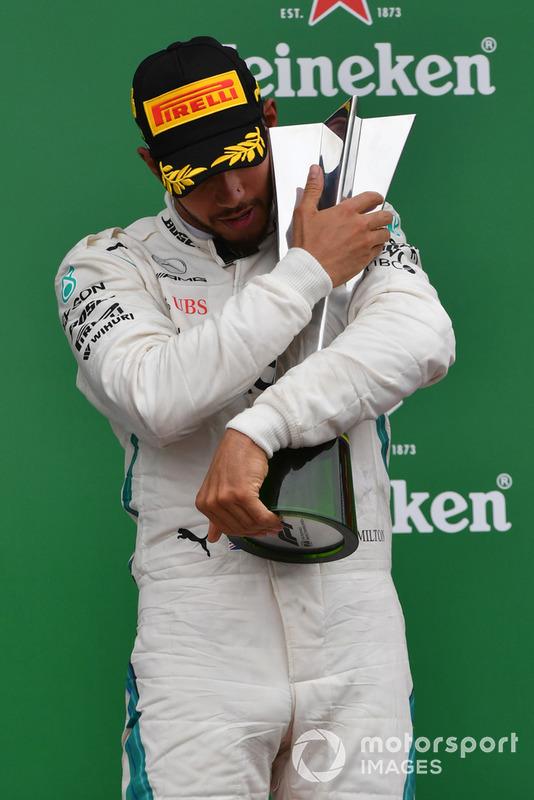 Lewis Hamilton, Mercedes AMG F1, festeggia sul podio con il trofeo