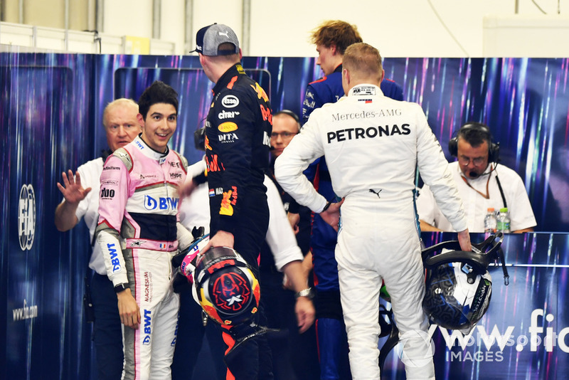 Max Verstappen, Red Bull Racing y Esteban Ocon, Racing Point Force India discuten después de la carrera tras su accidente en pista