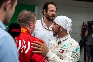 Lewis Hamilton, Mercedes AMG F1 e Kimi Raikkonen, Ferrari, nel parco chiuso