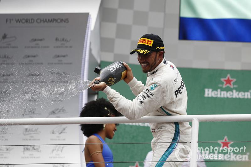 Lewis Hamilton, Mercedes AMG F1, festeggia sul podio con lo champagne