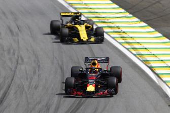 Daniel Ricciardo, Red Bull Racing RB14 and Nico Hulkenberg, Renault Sport F1 Team R.S. 18