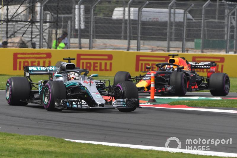 Lewis Hamilton, Mercedes-AMG F1 W09 y Daniel Ricciardo, Red Bull Racing RB14