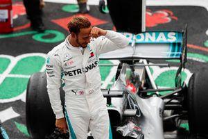 Lewis Hamilton, Mercedes AMG F1, świętuje po zdobyciu 5. tytułu mistrzowskiego wśród kierowców