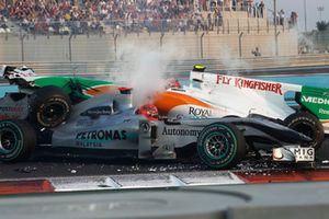 Michael Schumacher, Mercedes GP MGP W01, en tête-à-queue et percuté par Vitantonio Liuzzi, Force India VJM03