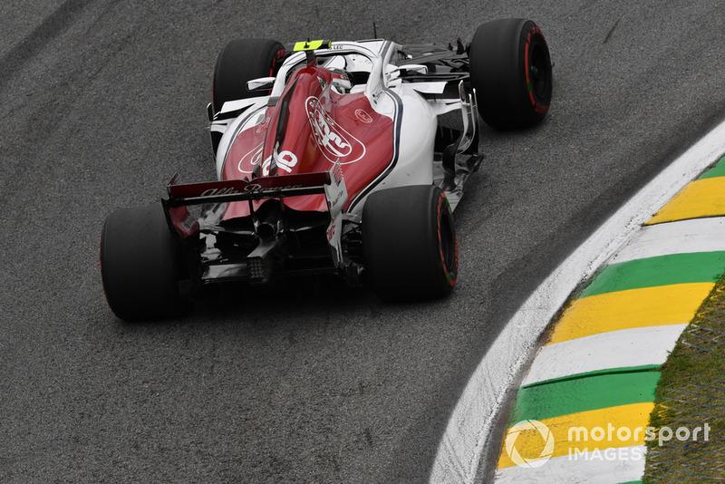 Через несколько минут дождь на трассе усилился. Но Леклер не подчинился просьбе гоночного инженера и остался на трассе – итоговый круг принес ему попадание в Q3