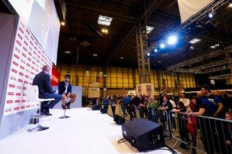 Karun Chandhok habla con Stuart Codling en el escenario de Autosport
