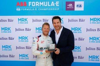 Sam Bird, Envision Virgin Racing, recibe el premio por su pole position