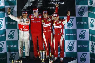 Podio: segundo lugar Lewis Hamilton, McLaren MP4-25 Mercedes, Chris Dyer ingeniero Ferrari, ganador Fernando Alonso, Ferrari F10, tercer lugar Felipe Massa, Ferrari F10
