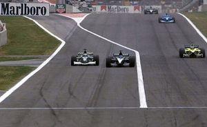 Pedro de la Rosa, Jaguar Cosworth R2 passeert Fernando Alonso, European Minardi