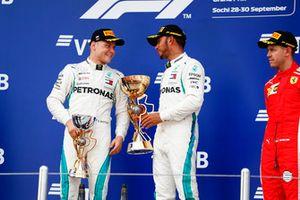 Le deuxième, Valtteri Bottas, Mercedes AMG F1, le vainqueur Lewis Hamilton, Mercedes AMG F1, le troisième, Sebastian Vettel, Ferrari, sur le podium