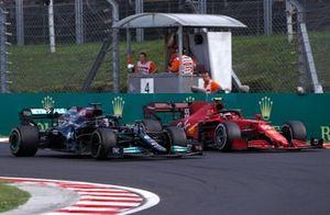 Carlos Sainz Jr., Ferrari SF21, battles with Lewis Hamilton, Mercedes W12