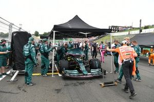 Monteurs op de grid met Sebastian Vettel, Aston Martin AMR21