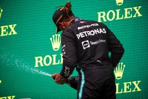 le troisième Lewis Hamilton, Mercedes, avec le Champagne sur le podium
