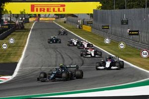 Sebastian Vettel, Aston Martin AMR21, George Russell, Williams FW43B, en Robert Kubica, Alfa Romeo Racing C41