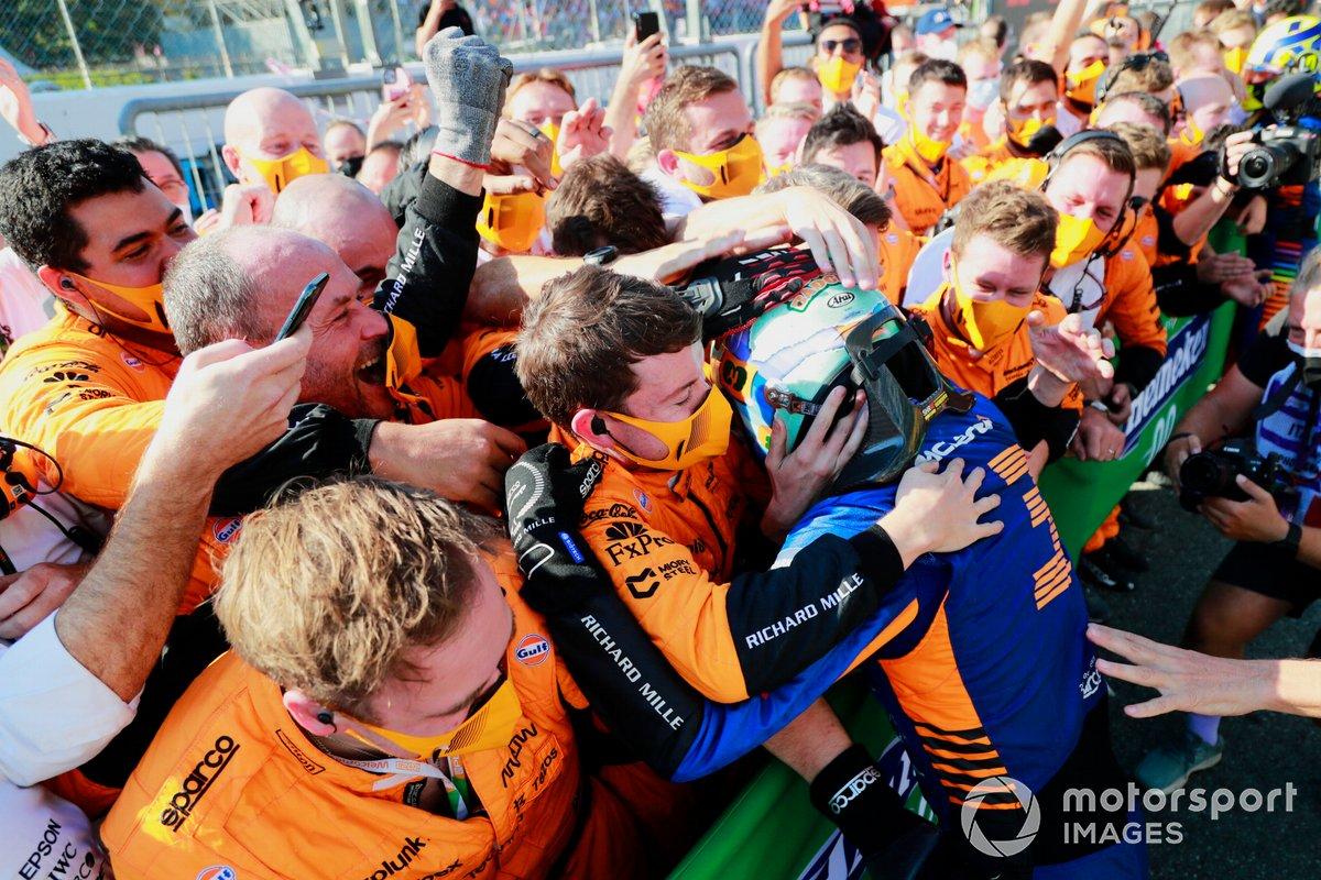 Ganador Daniel Ricciardo, McLaren, celebra en Parc Ferme con el equipo