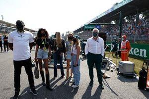 Model Cindy Bruna en sprintlegende Usain Bolt op de grid met Lawrence Stroll, eigenaar Aston Martin F1, en andere gasten