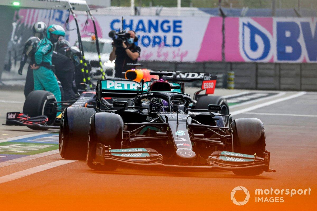 Lewis Hamilton, Mercedes W12, lascia il suo box mentre Max Verstappen, Red Bull Racing RB16B