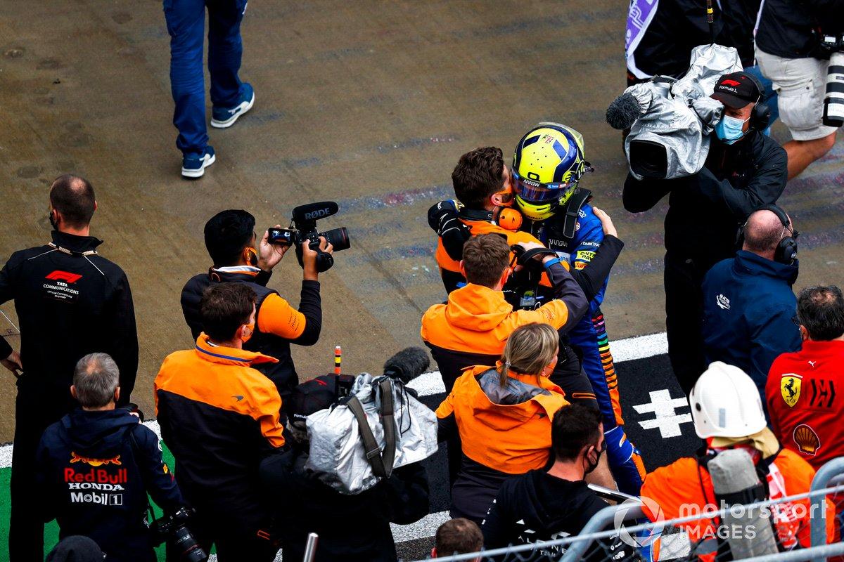 Lando Norris, McLaren, festeggia con la sua squadra