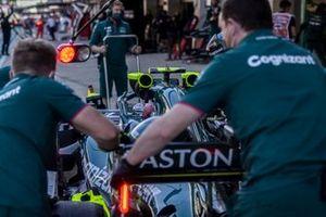 Mechanics with Sebastian Vettel, Aston Martin AMR21, in the pit lane