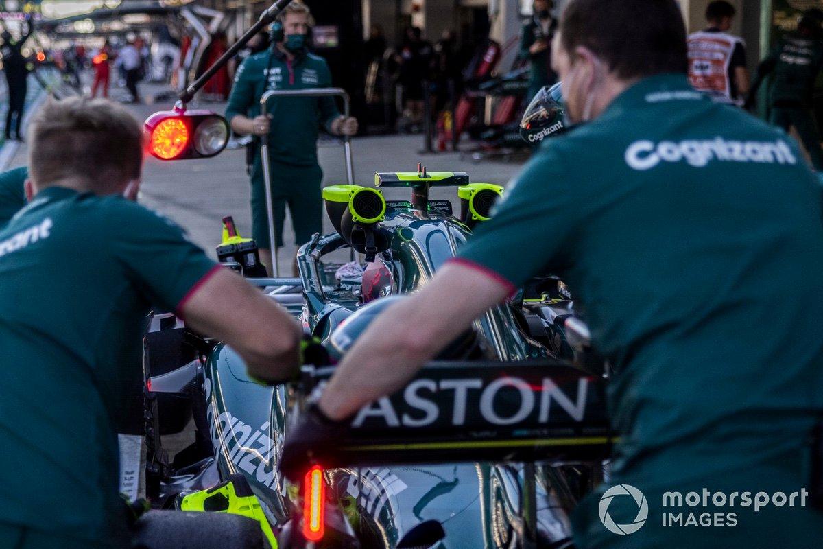 Mecánicos con Sebastian Vettel, Aston Martin AMR21, en el pit lane