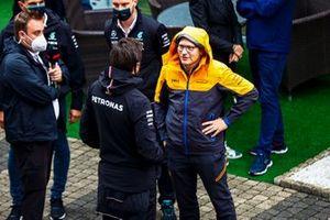 Toto Wolff, director del equipo y consejero delegado de Mercedes AMG, habla con Andreas Seidl, director del equipo McLaren, en el Parc Ferme