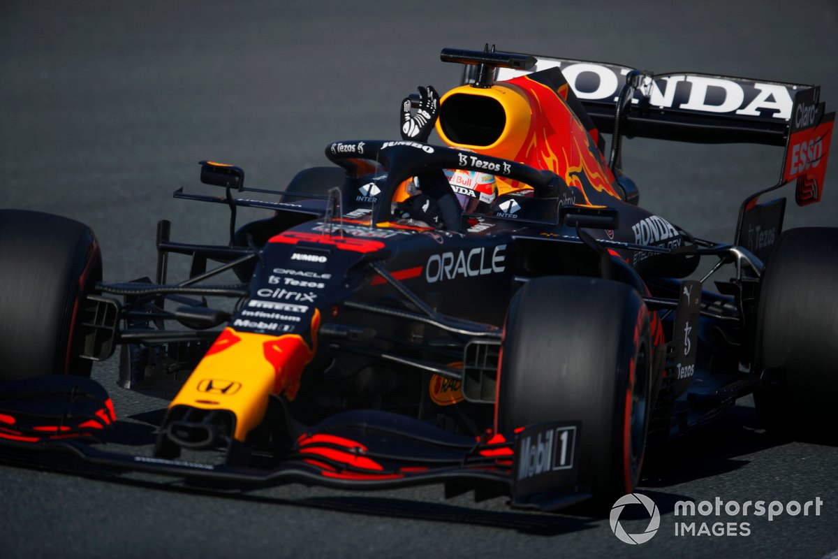 Max Verstappen, Red Bull Racing RB16B, saluta i fan dopo aver ottenuto la pole