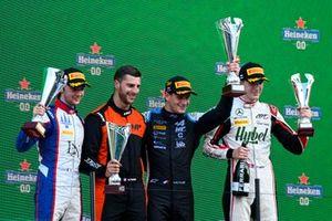 Clement Novalak, Trident, le vainqueur Victor Martins, MP Motorsport et Frederik Vesti, ART Grand Prix fêtent sur le podium