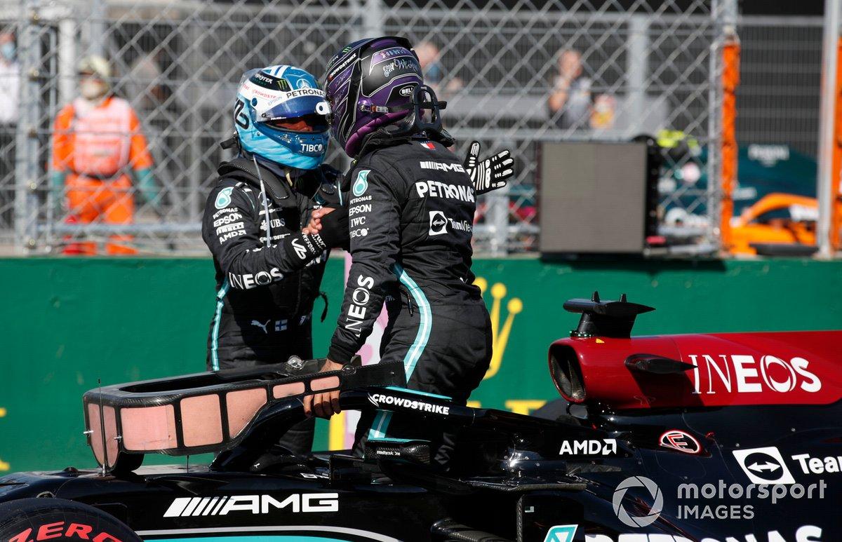 Valtteri Bottas, Mercedes tercer puesto, y el Ganador de la pole, Lewis Hamilton, Mercedes, se felicitan mutuamente en el Parc Ferme