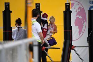 Kimi Raikkonen, Alfa Romeo Racing, con su hija Rianna