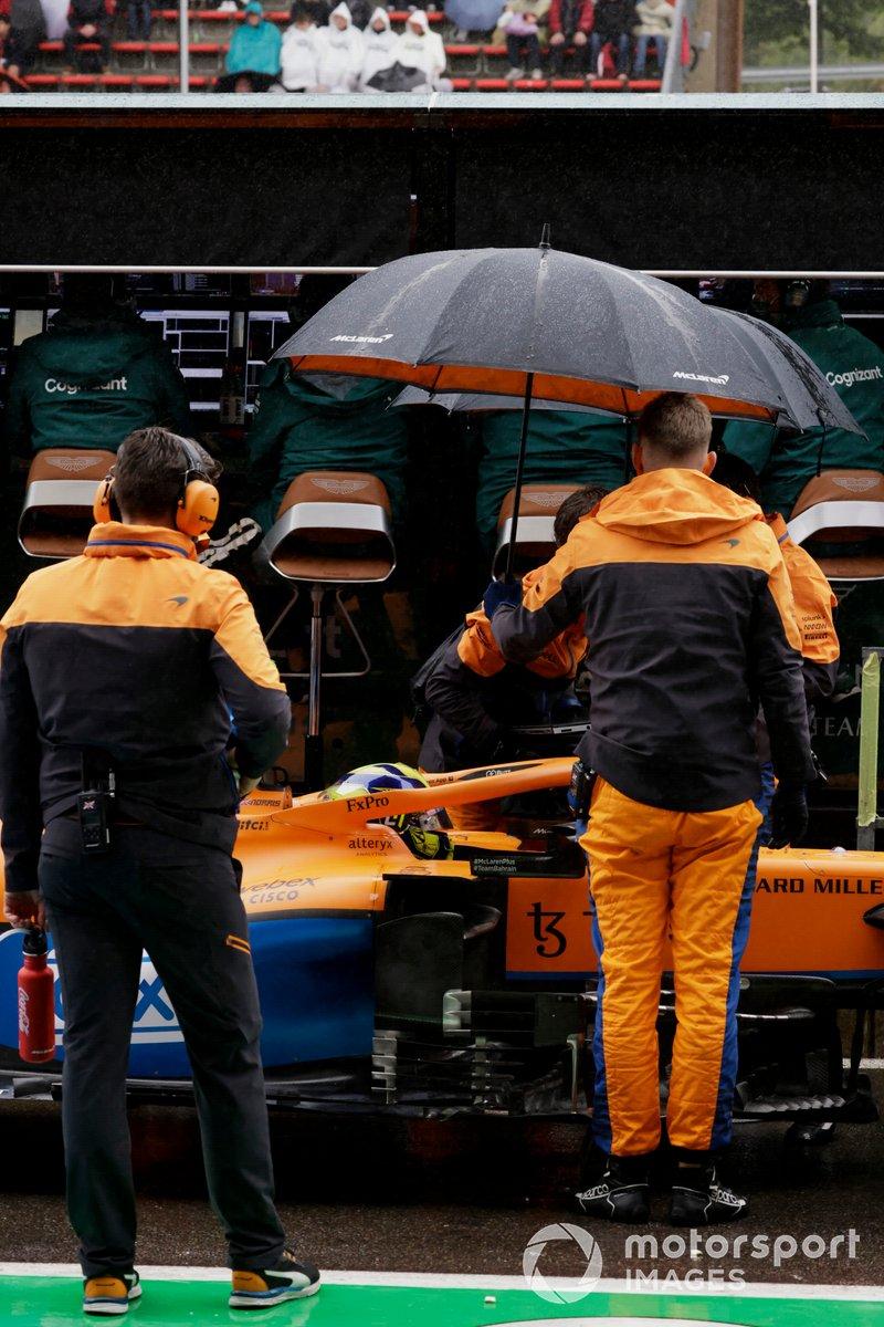 Mecánicos en el pit lane con Lando Norris, McLaren MCL35M