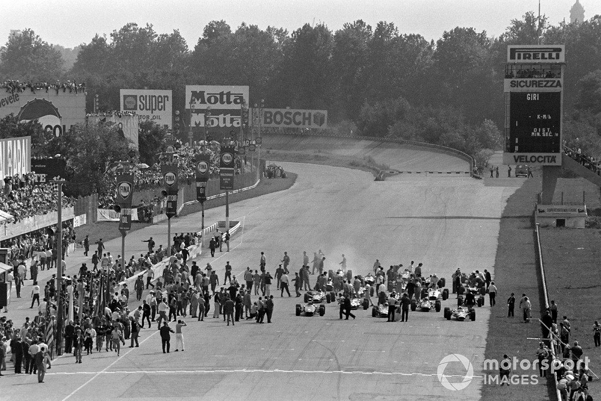 Старт обернулся конфузом. Как видно на фото, машины изначально заняли места за несколько метров до окончательных стартовых позиций – как сейчас в Формуле Е