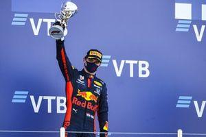 Max Verstappen, Red Bull Racing, op het podium in Rusland