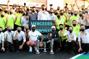 Lewis Hamilton, Mercedes-AMG F1 et Valtteri Bottas, Mercedes-AMG F1 fêtent avec leur équipe