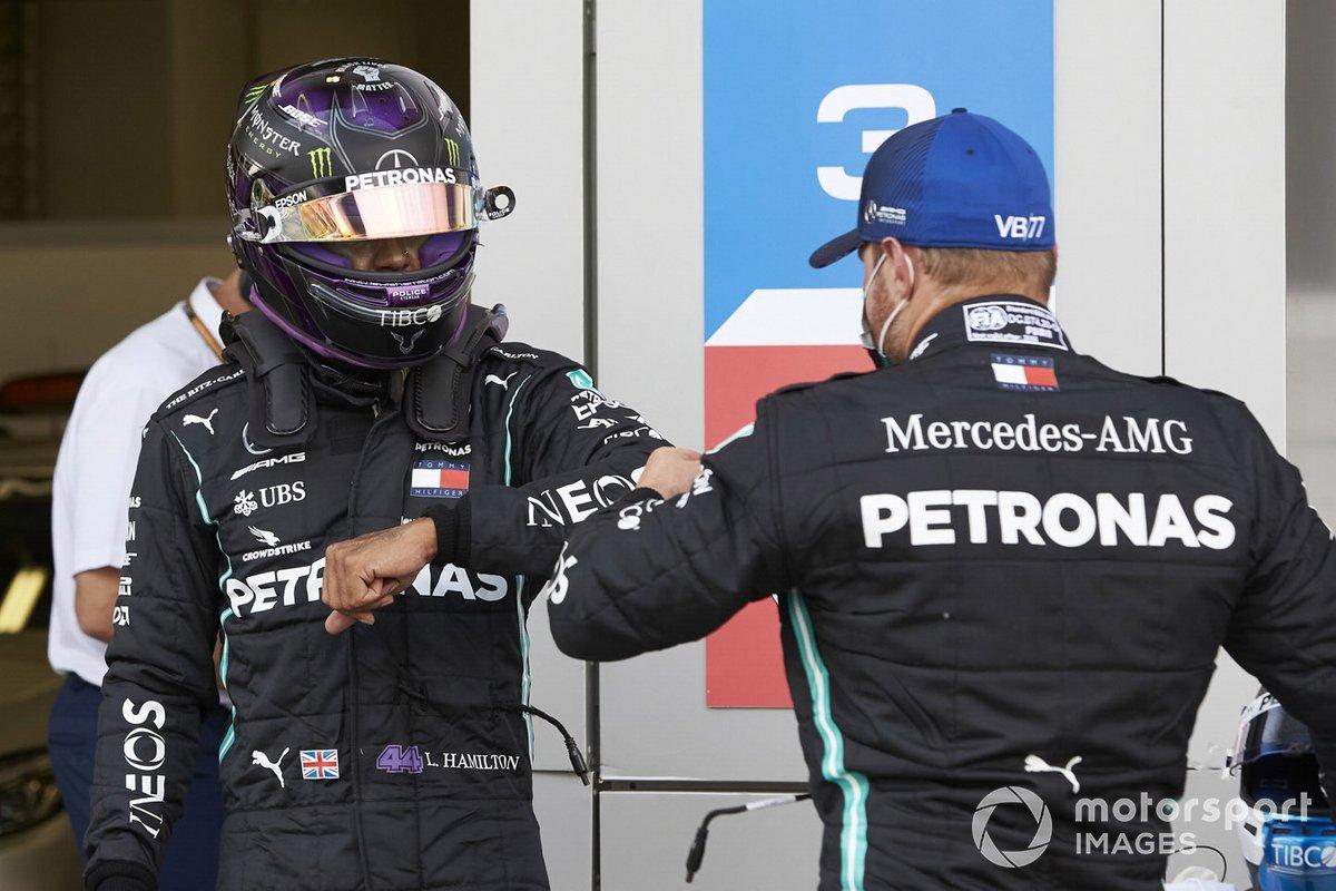 Tercer puesto Valtteri Bottas, Mercedes F1 W11 con el ganador de la pole Lewis Hamilton, Mercedes-AMG F1, en Parc Ferme