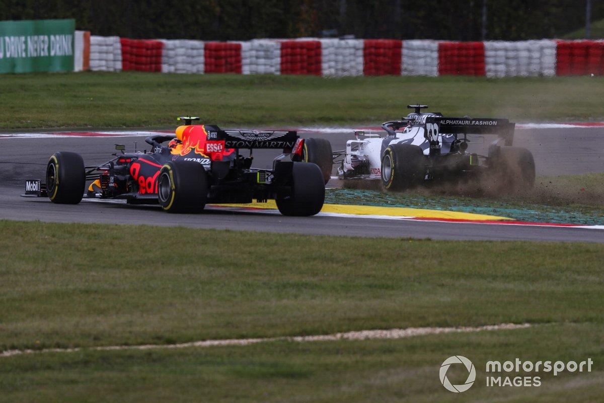 Daniil Kvyat, AlphaTauri AT01, sbaglia una curva e danneggia l'ala anteriore davanti ad Alex Albon, Red Bull Racing RB16