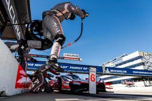 #6 Acura Team Penske Acura DPi, DPi: Juan Pablo Montoya, Dane Cameron, Simon Pagenaud, pit stop, staff