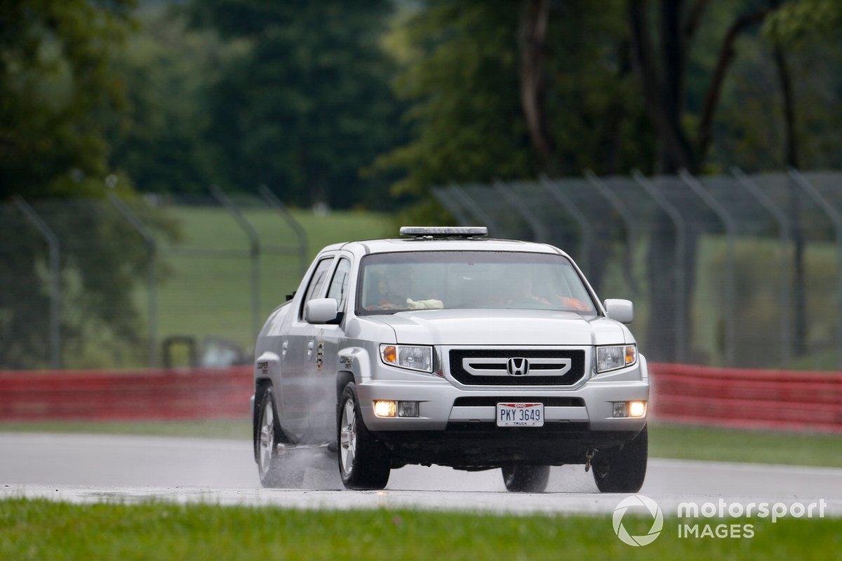 El camión del equipo de seguridad de Honda Ridgeline despeja la pista en Mid-Ohio en mojado antes del comienzo de la clasificación