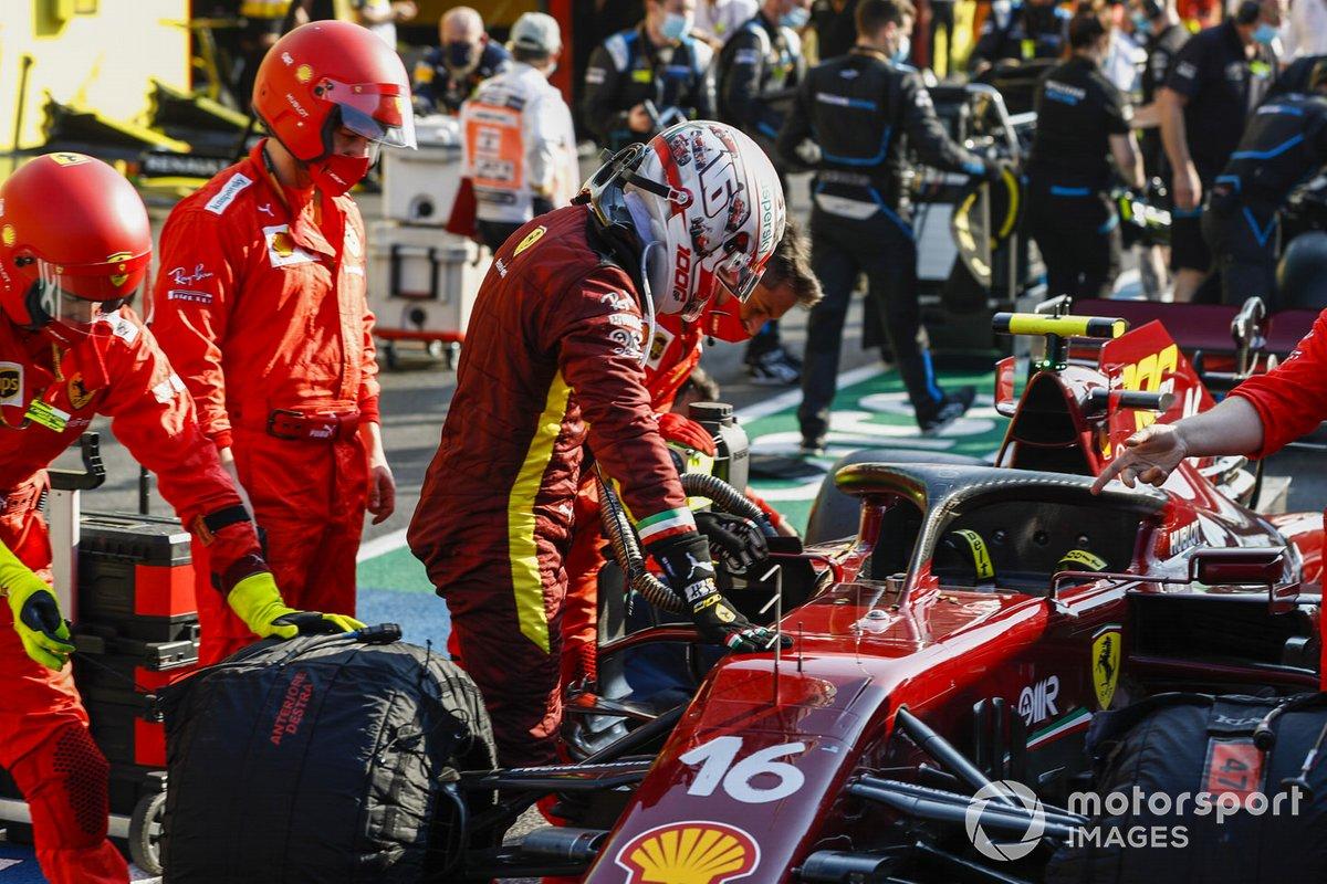 Sebastian Vettel, Ferrari, in pit lane durante una bandiera rossa