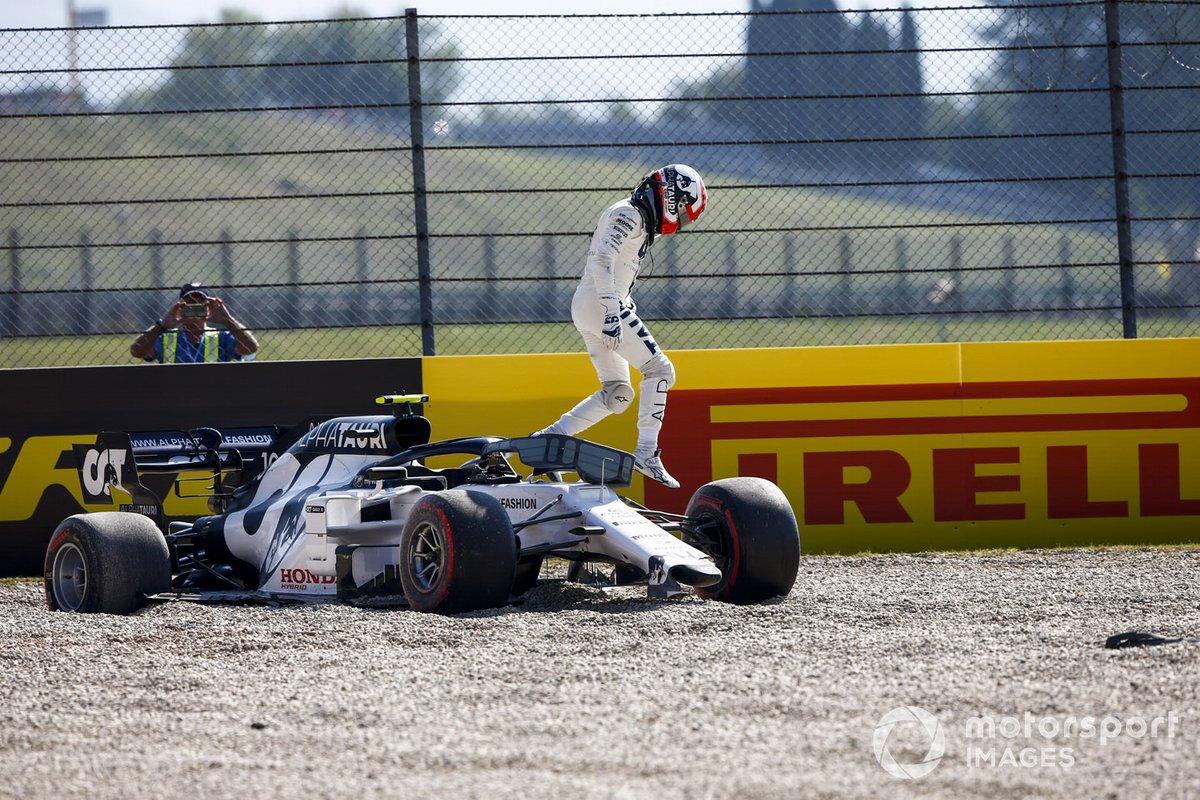 Pierre Gasly, AlphaTauri, sale de su monoplaza después de un incidente en la primera vuelta