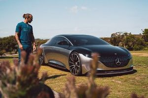 Льюис Хэмилтон и Mercedes-Benz Vision EQS