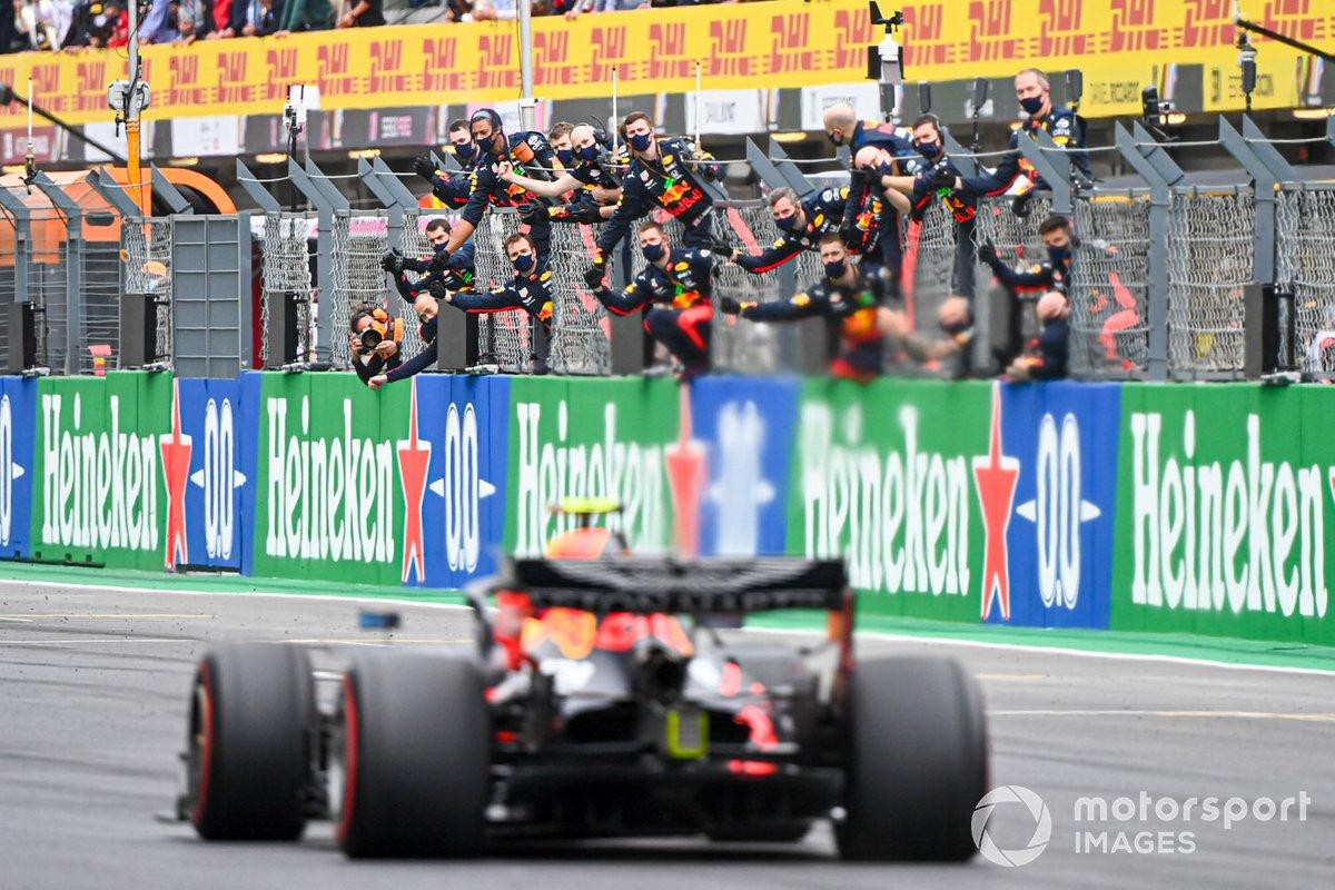 Tercer lugar Max Verstappen, Red Bull Racing RB16 cruza la meta