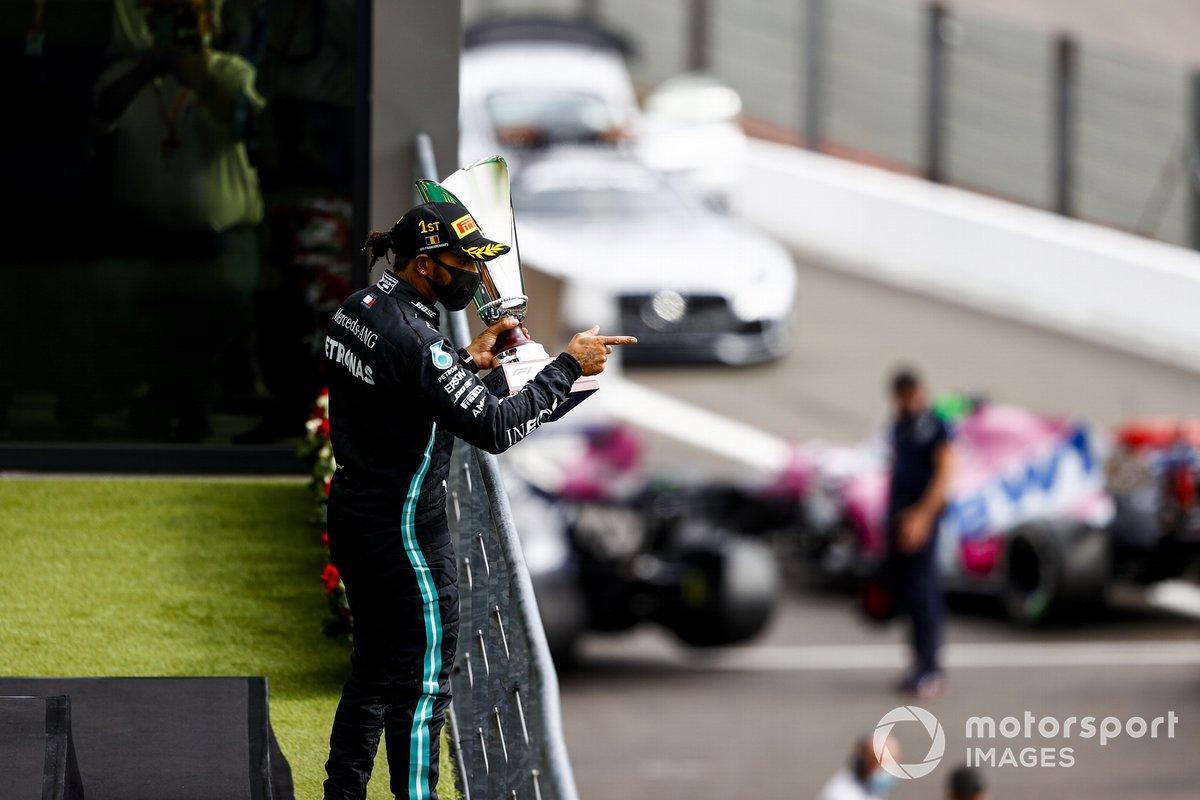 Lewis Hamilton, Mercedes-AMG F1, 1 ° posto, con il trofeo sul podio