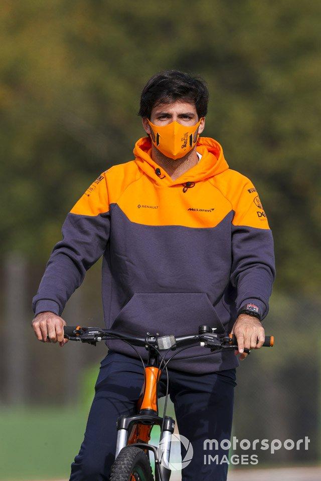 Carlos Sainz Jr., McLaren, in bicicletta sul circuito